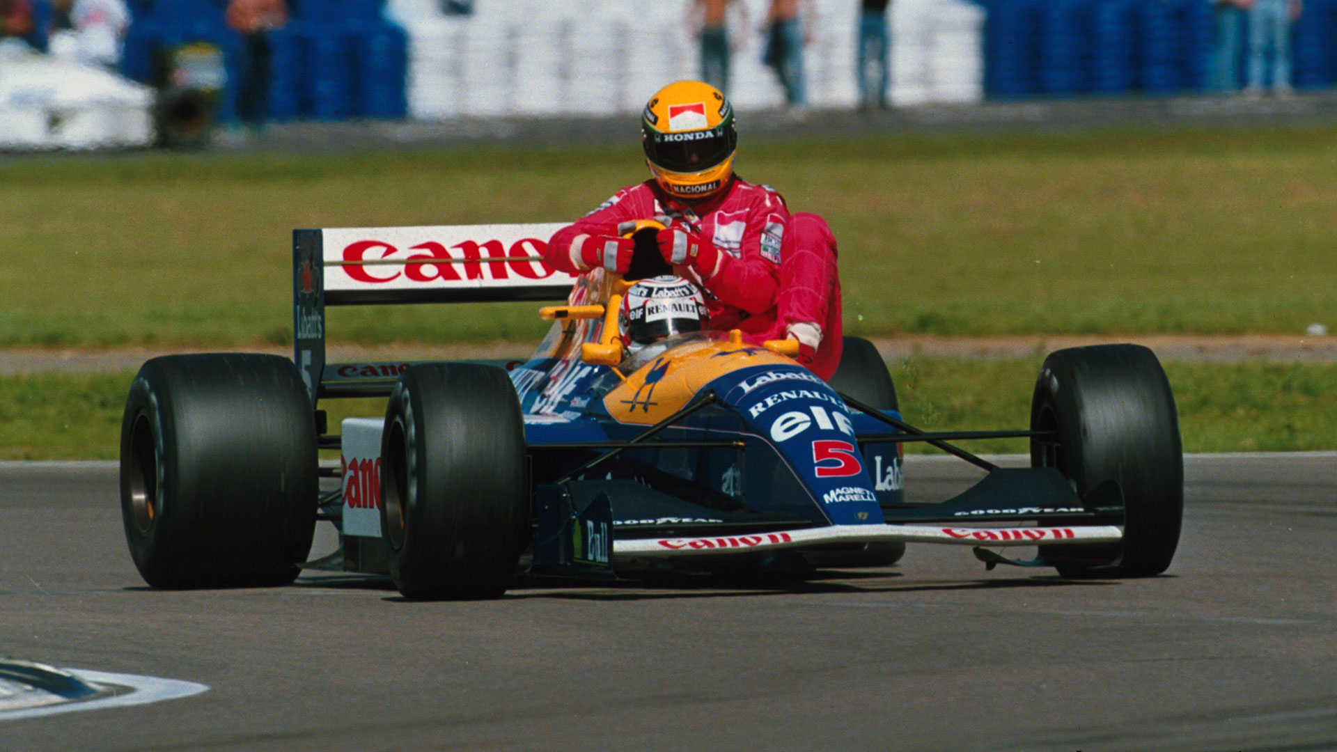 Ayrton Senna getting a lift of Nigel Mansell on his Williams FW14B Renault (1992)