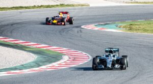 Nico Rosberg - Mercedes W07 VS Daniel Ricciardo - Red Bull RB12