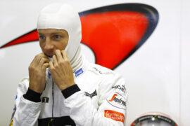 Jenson Button puts on his balaclava in the garage, Brazilian GP F1/2016