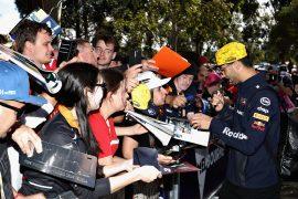 Daniel Ricciardo with fans Australian GP F1/2018 Caption
