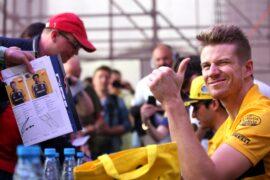 Nico Hulkenberg (GER) Renault Sport F1 Team signs autographs for the fans. Azerbaijan Grand Prix, Saturday 28th April 2018. Baku City Circuit, Azerbaijan.