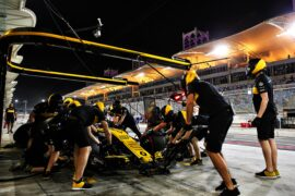 Nico Hulkenberg (GER) Renault Sport F1 Team RS18 practices a pit stop. Bahrain Grand Prix, Friday 6th April 2018. Sakhir, Bahrain.