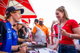 Brendon Hartley with fans Bahrain GP F1/2018