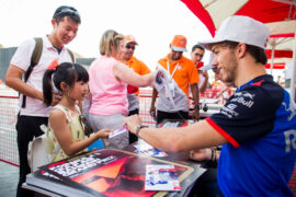 Pierre Gasly with fans Bahrain GP F1/2018