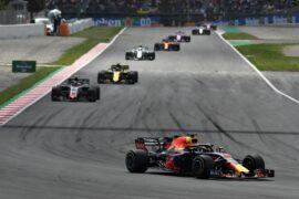 Daniel Ricciardo leads Kevin Magnussen of Denmark on track during the Spanish GP F1/2018.