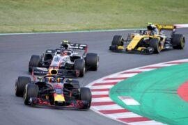 Daniel Ricciardo leads Kevin Magnussen on track during the Spanish GP F1/2018.
