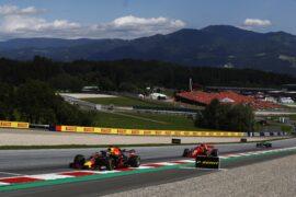 Daniel Ricciardo brakes for turn 2 with the RB14 with Kimi Raikkonen (Ferrari SF17.H) and Lewis Hamilton (Mercedes W09) behind him.
