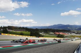 Lewis Hamilton (Mercedes) and Kimi Raikkonen (Ferrari) braking late for turn 2