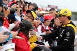 Carlos Sainz Jr (ESP) Renault Sport F1 Team signs autographs for the fans. Japanese Grand Prix 2018.