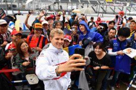 Marcus Ericsson, Alfa Romeo Sauber F1 Team fans selfie at Formula One World Championship, Rd17, Japanese Grand Prix, 2018.