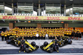 Carlos Sainz Jr (ESP) Renault Sport F1 Team RS18 and Nico Hulkenberg (GER) Renault Sport F1 Team at a team photograph. Abu Dhabi Grand Prix, 2018
