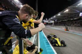 Carlos Sainz Jr (ESP) Renault Sport F1 Team RS18 passes the team at the end of the race. Abu Dhabi Grand Prix, Sunday 25th November 2018. Yas Marina Circuit, Abu Dhabi, UAE.