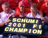 19.08.2001 Budapest, Ungarn, Michael Schumacher jubelt mit Corinna Schumacher und Manager Willi Weber nach seinem Sieg und dem Gewinn der Weltmeisterschaft am Sonntag (19.08.2001) beim Formel 1 Grand Prix von Ungarn in Budapest. © Jerg/Onlinesport