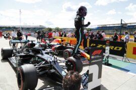 Ricciardo: Lack of competition 'not Mercedes' fault'